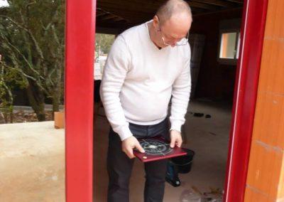 pose de la porte d'entrée d'une maison Feng Shui
