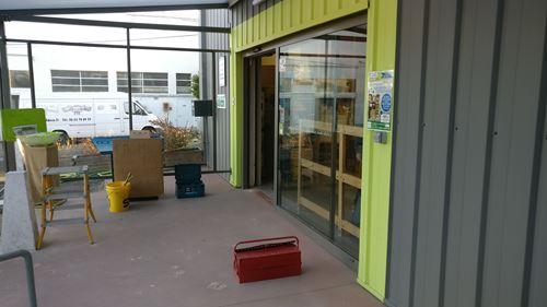 Entrée avant la nouvelle orientation de la porte du magasin
